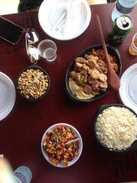 Linguiças, feijão verde, arroz, farofa e vinagrete